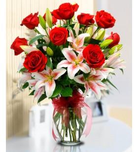 kırmızı güller ve pembe lilyumlar