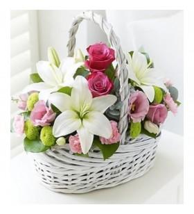 sepet içinde karışık çiçekler