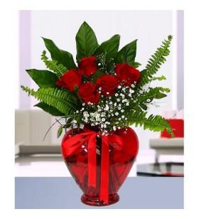 kalp vazo içinde güller