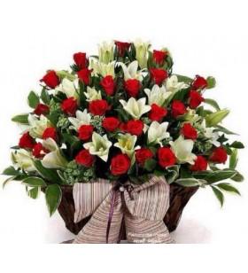 sepet içinde lilyum ve güller