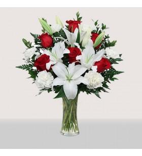 beyaz lilyum kırmızı güller cam içinde