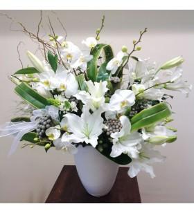 beyaz seramik içinde kesme orkide ve lilyumlar