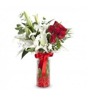silindir vazoda lilyum ve kırmızı güller