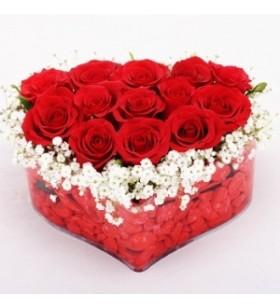 kalp şeklinde 13 tane kırmızı gül