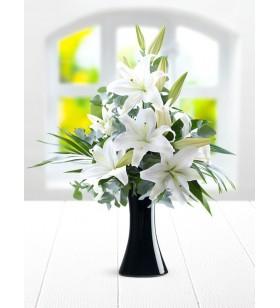 siyah cam vazoda lilyumlar