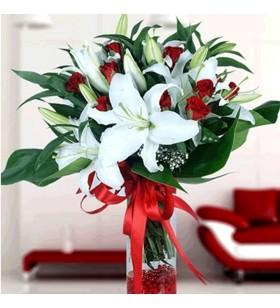 cam vazo içinde kırmızı gül ve beyaz lilyum